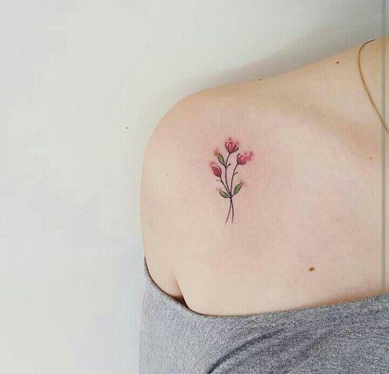 minimal omuz dövme modelleri kırmızı çiçek dövmesi