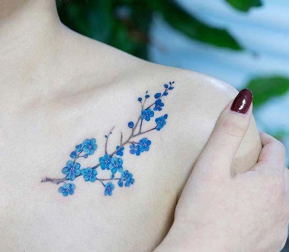 minimal omuz dövme modelleri mavi sakura çiçeği dövmesi