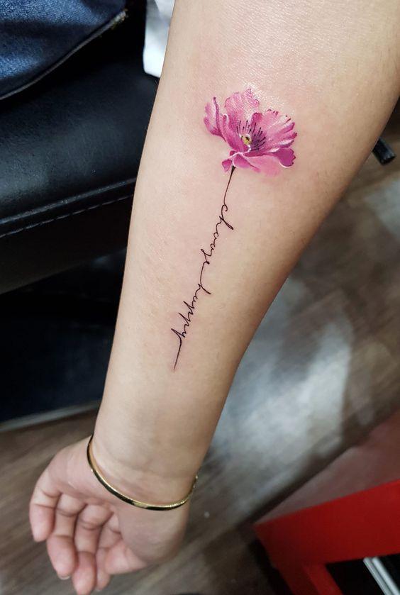 yazı ve renkli minimal çiçek dövmesi