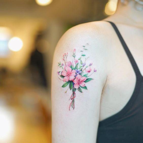omuz bölgesine yapılmış minmal cicek dovmesi minimal flower tattoo18