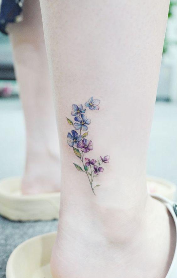 mavi çiçek dövmesi