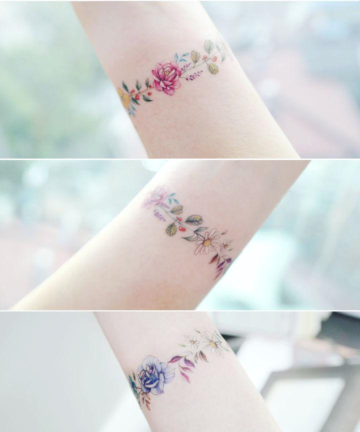 minimal çiçeklerden kol bandı dövmesi