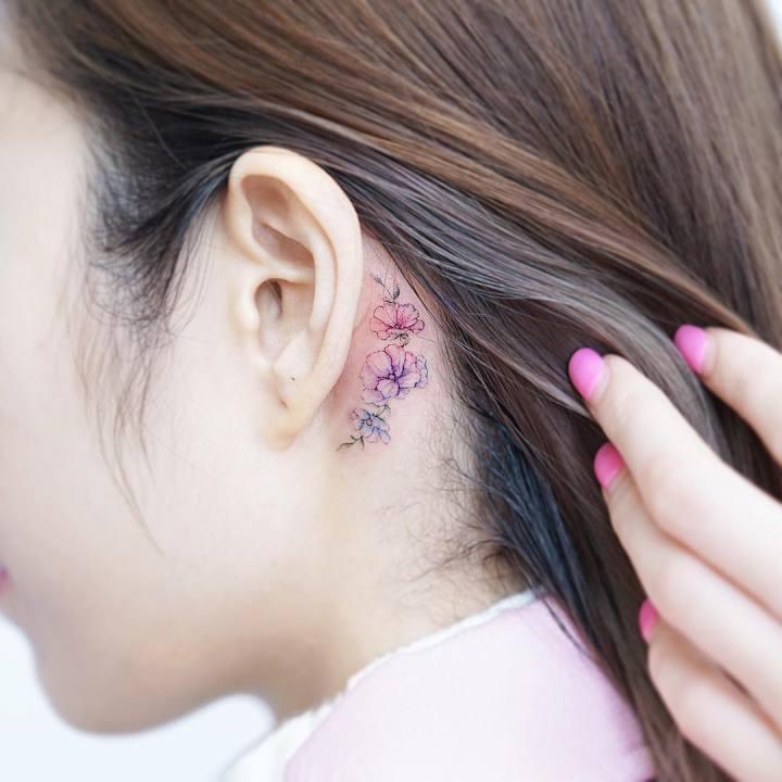 kulak arkası minimal çiçek dövmesi