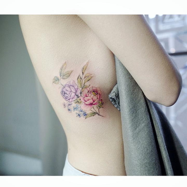 göğüs yani renkli minimal çiçek dövmesi