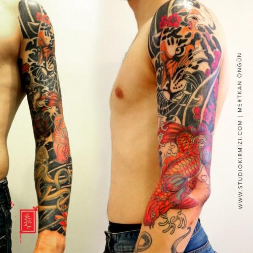 erkek-kol-kaplama-dovmeleri-asian-tattoo-kaplan-ve-koi-baligi-dovmesi