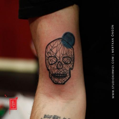 geometrik-kurukafa-dovmesi-minimal-skull-tattoo
