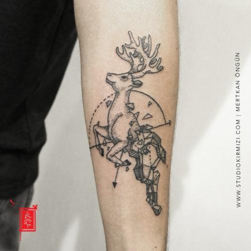 geyik-dovmesi-geometrik-geyik-dovmesi-deer-tattoo-minimal-tattoo-dovme