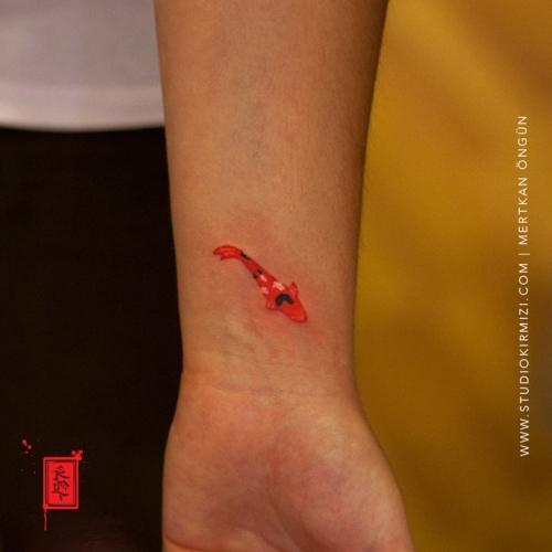 minimal-koi-fish-tattoo-minimal-dovme-taksim-istanbul