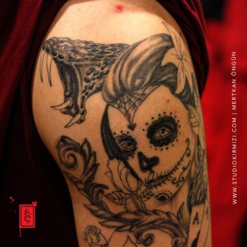sugar-skull-ve-yilan-dovmesi-portrait-tattoo-portre-dovmesi